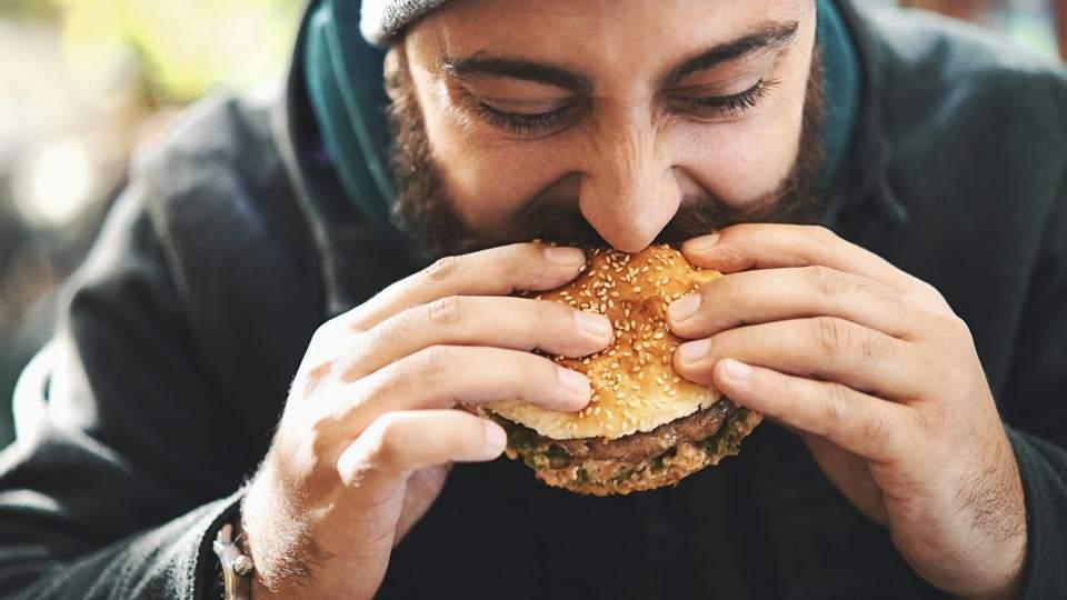 Esto es lo que le pasa a tu cuerpo cuando comés demasiado rápido